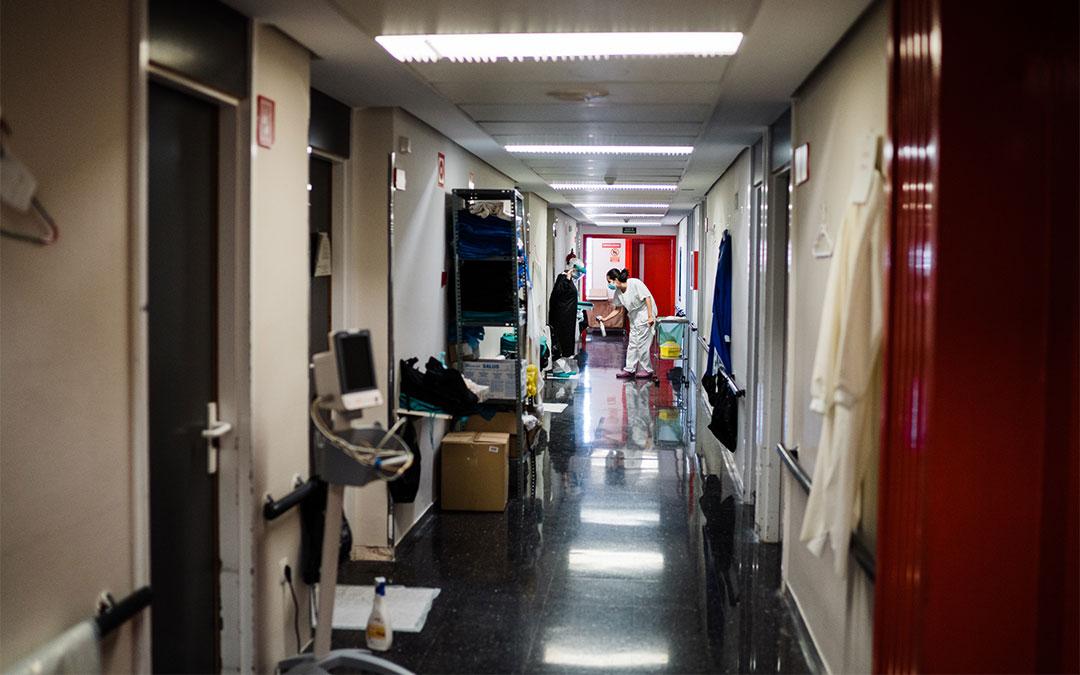 Los sanitarios de desinfectan antes de entrar a las habitaciones del Hospital de Alcañiz./ Cesáreo Larrosa