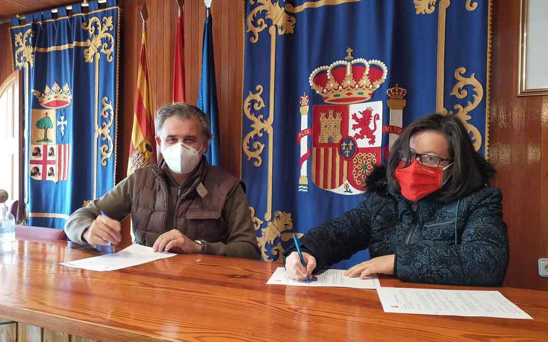 Joaquín Moreno, alcalde de Utrillas, junto a María Isabel Martínez, presidenta de la Asamblea de Cruz Roja en Cuencas Mineras. Foto: J.J.