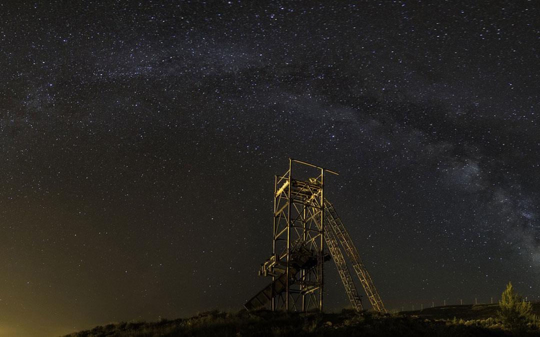 Imagen nocturna de un castillete minero dentro de la Comarca de Cuencas Mineras./ Pedro Blesa Jarque
