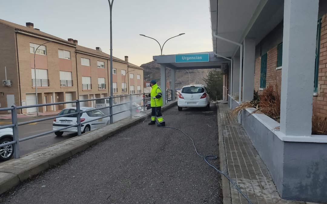 Un operario de la brigada municipal de Utrillas desinfecta los exteriores del centro de Salud./Ayto. Utrillas