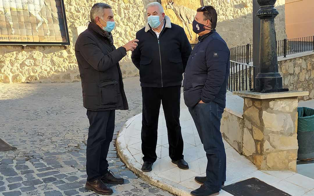 El diputado adjunto a Presidencia, José Luis López, con los alcaldes pedáneos de Concud y Caudé, Carlos Valero y Santiago Gonzalvo./DPT