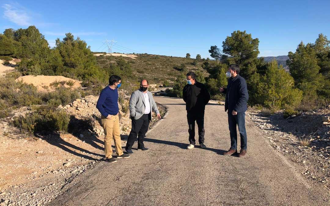 Los diputados, Alberto Izquierdo y Pedro Bello, con el alcalde y un edil de Aguaviva, en la carretera que une el pueblo con Las Parras de Castellote. / DPT