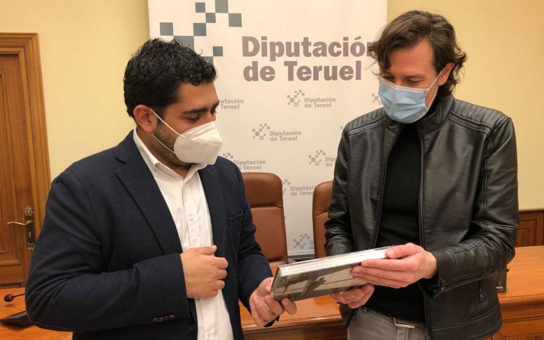 El diputado delegado de Cultura, Diego Piñeiro, junto al fotógrafo Miguel Sebastián autor de 'Buñuel, una maleta sin viaje'. / DPT