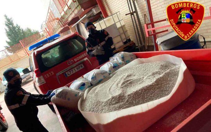 Bomberos de DPZ esparcen más de 15 toneladas de sal ante la llegada de Filomena