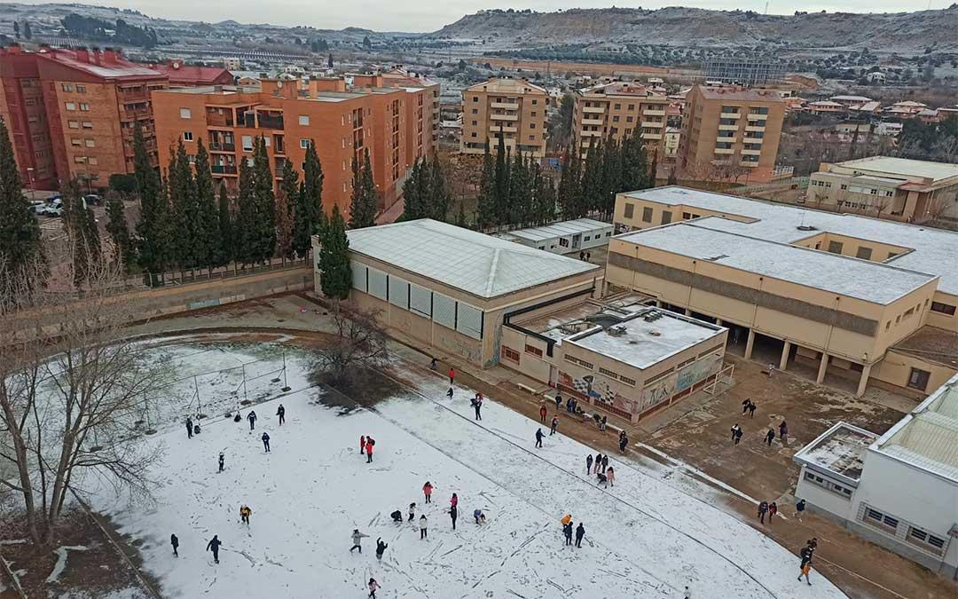 Estudiantes en el patio del IES Bajo Aragón de Alcañiz jugando con la nieve./ M. Celiméndiz