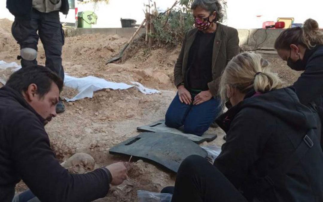 Proceso de exhumación en Andorra. En la imagen, May Borraz, nieta de Sebastián Blasco. /ARMH