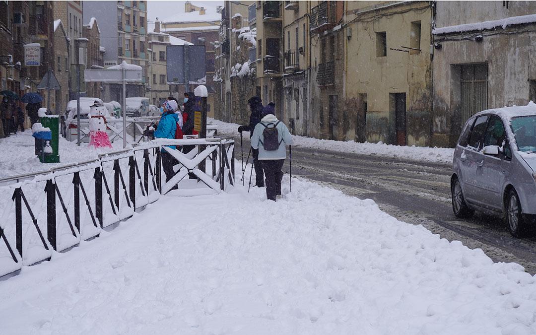 Ayuda para caminar con más seguridad en las calles alcañizanas. / Juan Peñalver