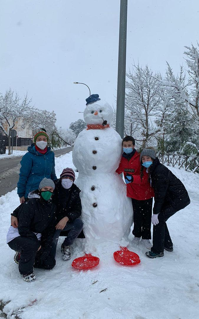 La familia Foz Bañolas de Alcañiz y un nuevo amigo que ha traído la nieve. / L.C.
