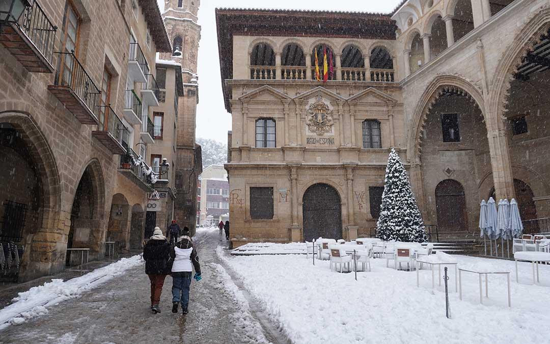 La plaza de España de Alcañiz teñida de blanco por la borrasca Filomena. / Juan Peñalver