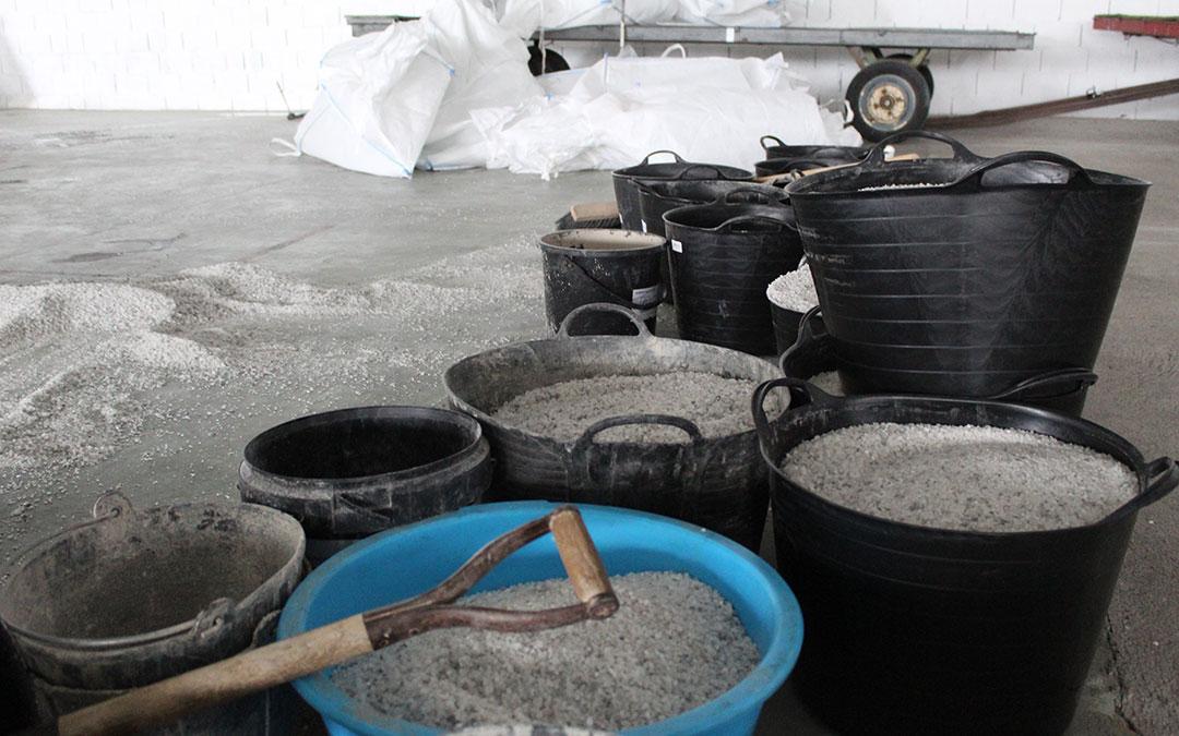 Parte de la sal preparada en Alcañiz para repartirse por las calles y calzadas. / B. S.