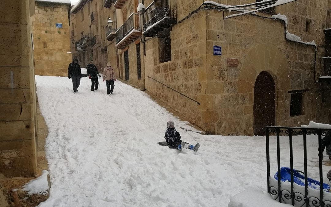 Trineos en las calles empinadas de Beceite. / Javier de Luna