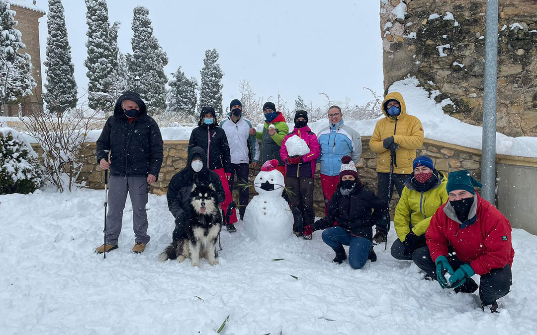 Muñeco de nieve a los pies de la ermita en La Codoñera. / Héctor Izquierdo