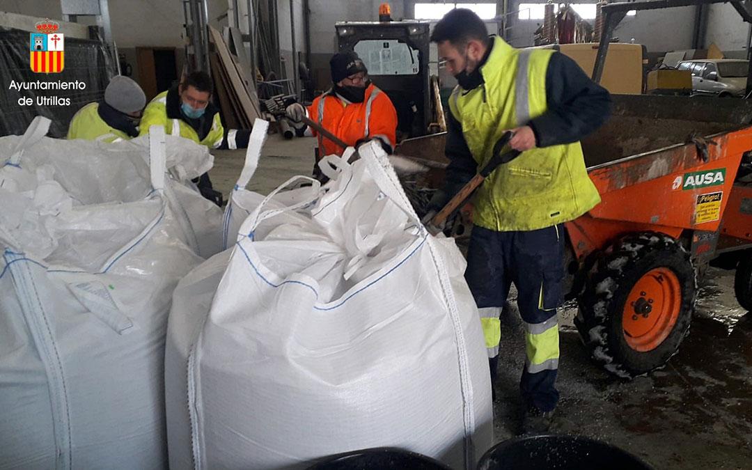Acopio y reparto de sal en Utrillas. / Ayto. Utrillas