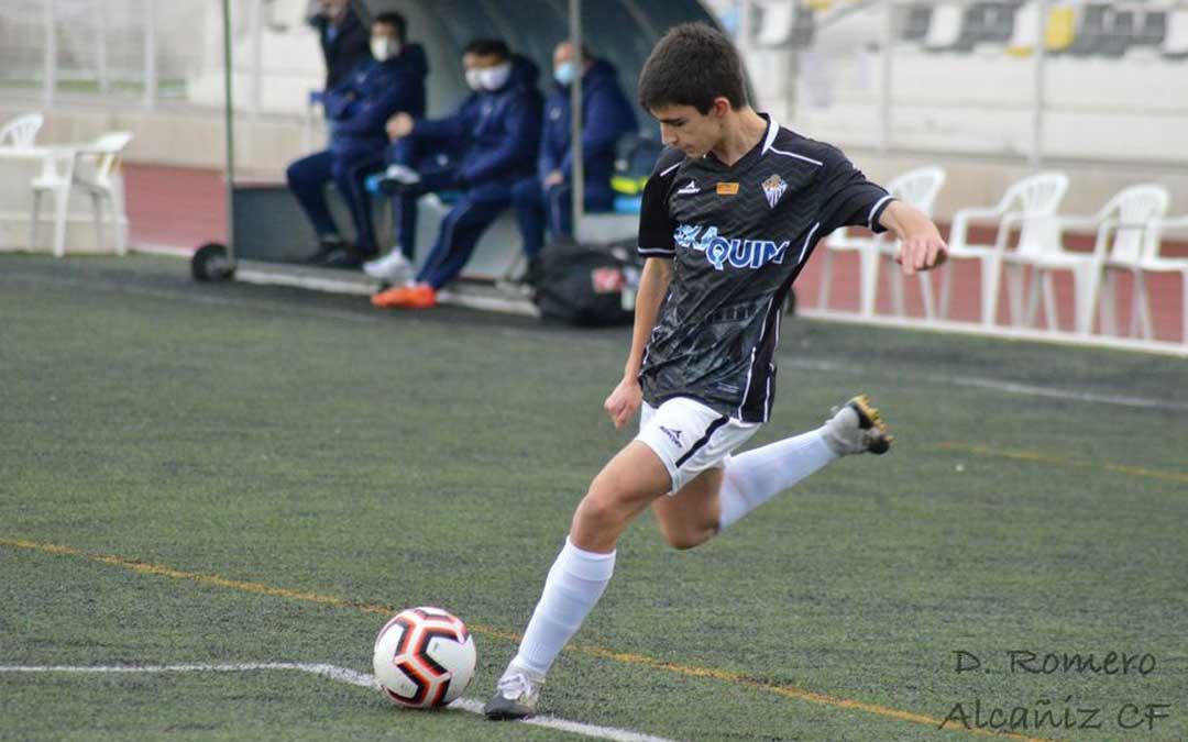 Urrios en el momento de golpear el balón que propició el primer gol local. Foto: D.R.