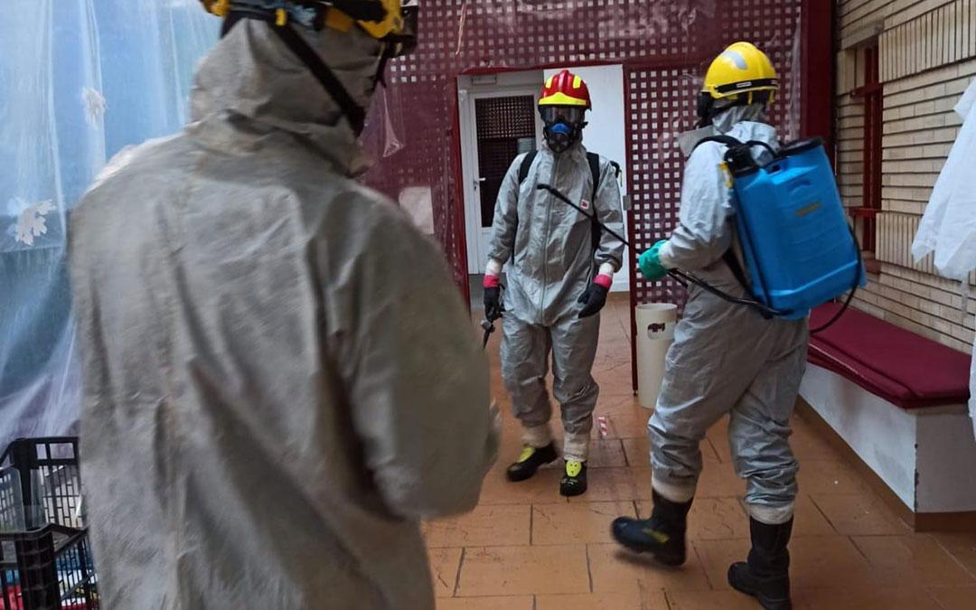 Los tres efectivos desplazados a desinfectar la residencia de Híjar. / Bomberos DPT