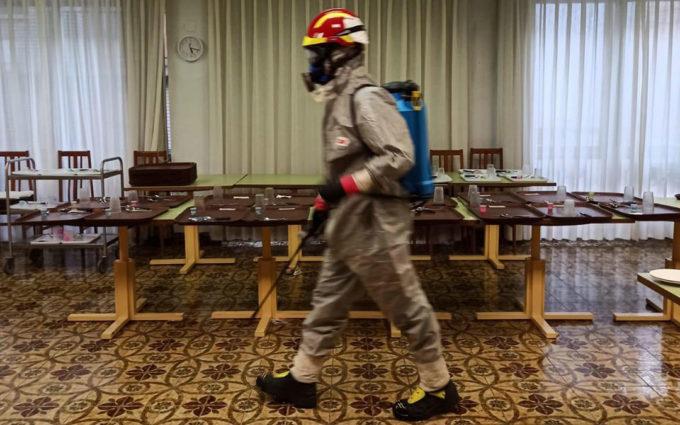 Los bomberos desinfectan la residencia de Híjar