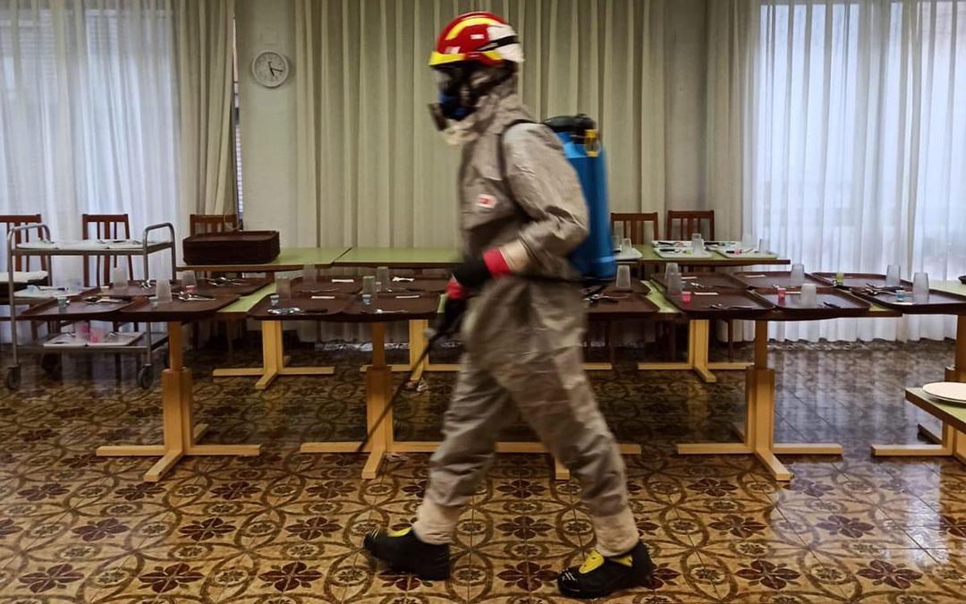 Desinfección en el interior de la Residencia San Valero de Híjar. / Bomberos DPT