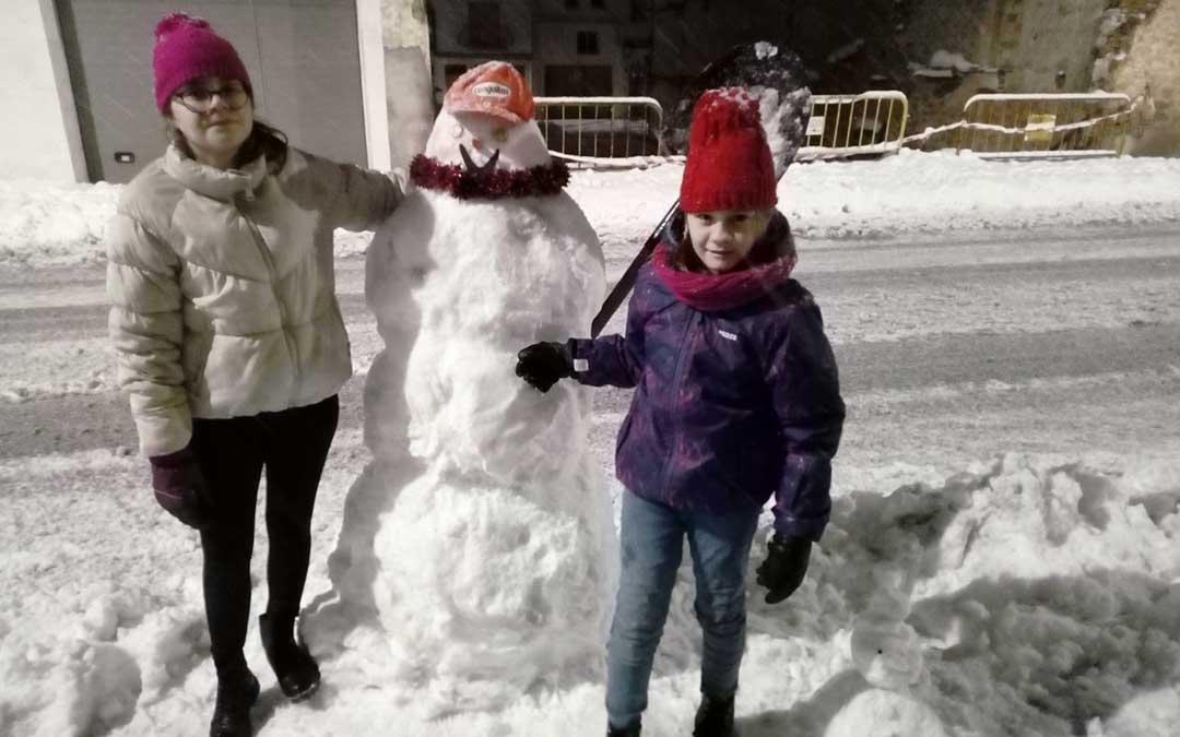 Muñeco en las calles de Híjar./ Mihaela y Bianca