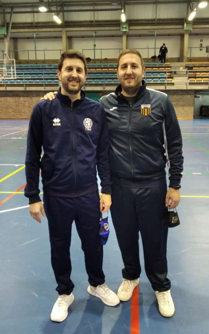 Los hermanos Perena se enfrentaron por primera vez como entrenadores en diferentes banquillos: Carlos en el del Intersala Zaragoza y Víctor, en el del Intersala Alcañiz. / V. P.