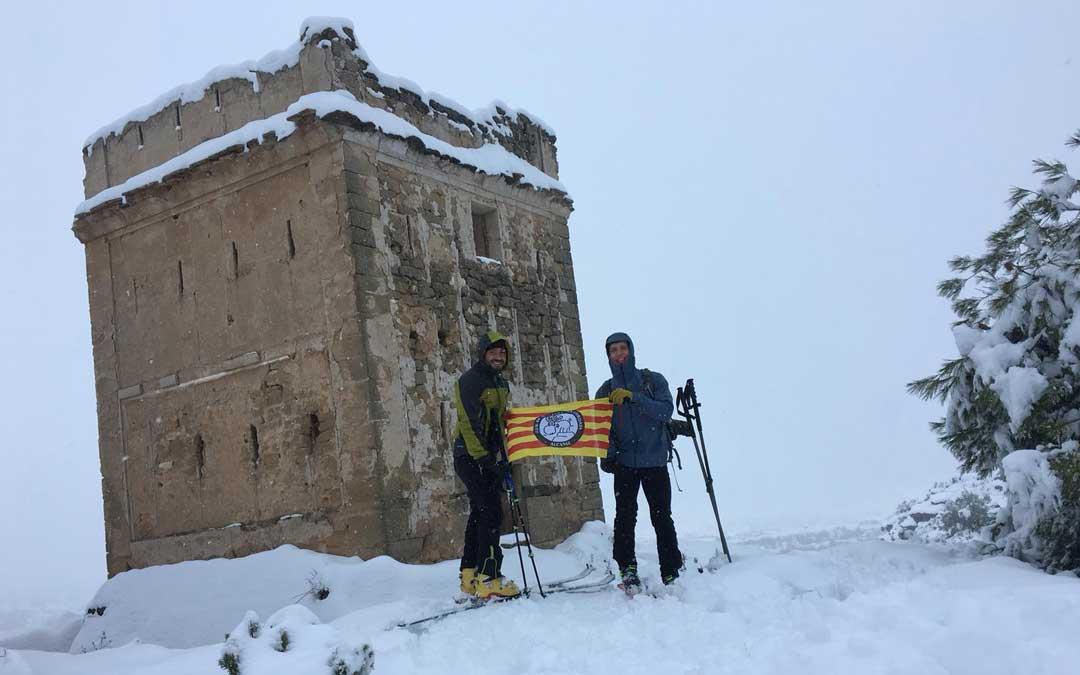 Miembros de La Cordada junto al torreón alcañizano. Foto: La Cordada