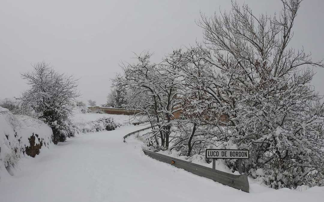 Luco de Bordón durante la jornada del sábado. Bajo la nieve una de las vías de acceso al municipio./ Twitter Luco de Bordón