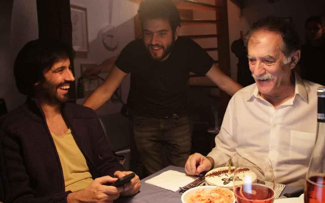 Un momento del rodaje de 'Gastos incluidos'. Javier Macipe, en el centro, hablando con los actores Roberto Cabrera (dcha.) y Ramón Barea (izda.). / EL PEZ AMARILLO