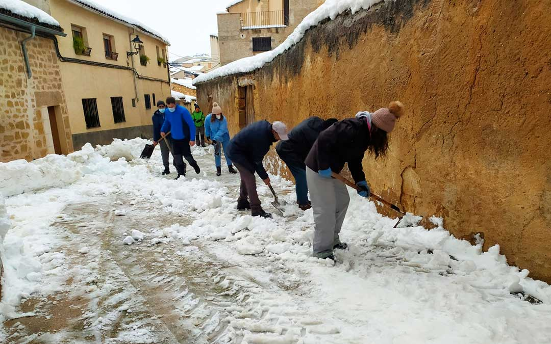 En Mazaleón los vecinos se organizaron y coordinaron con el consistorio para limpiar las calles.