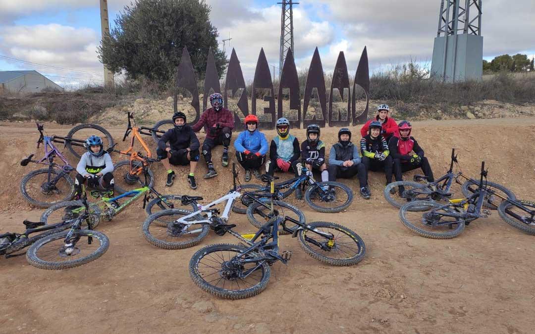 Miembros del colectivo Loose Riders Teruel con sus bicicletas en el bike park de Alcañiz. Foto: J.T.