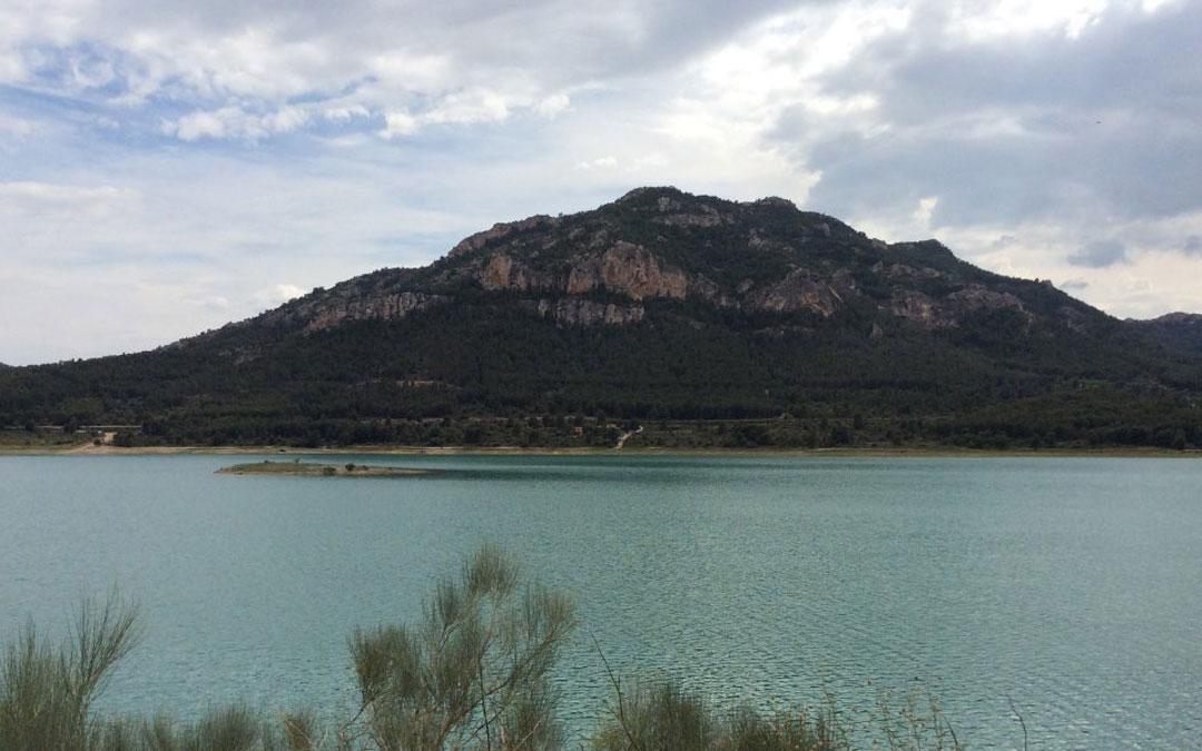 El Cerro del Tolocha. A sus pies el embalse de Calanda. Foto: L.C.