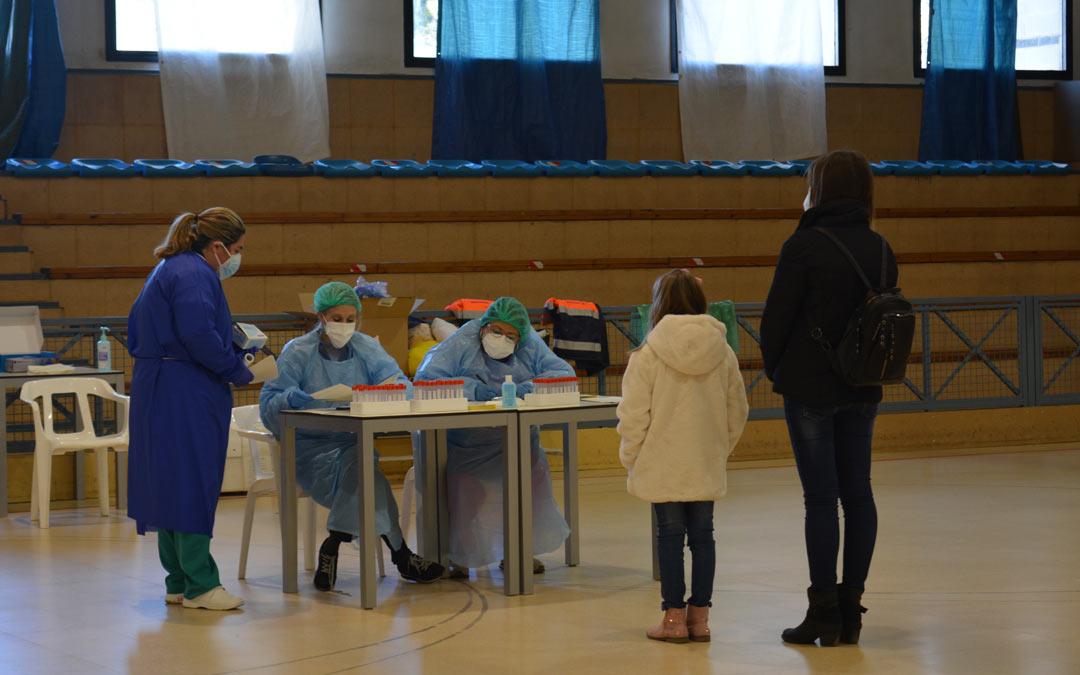 Menores acompañados por un adulto llegan al polideportivo para realizarse la prueba./I.M.