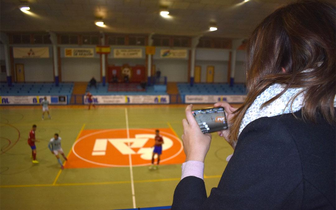 Retransmisión en directo de un partido del FS Caspe en el pabellón./ L.C.