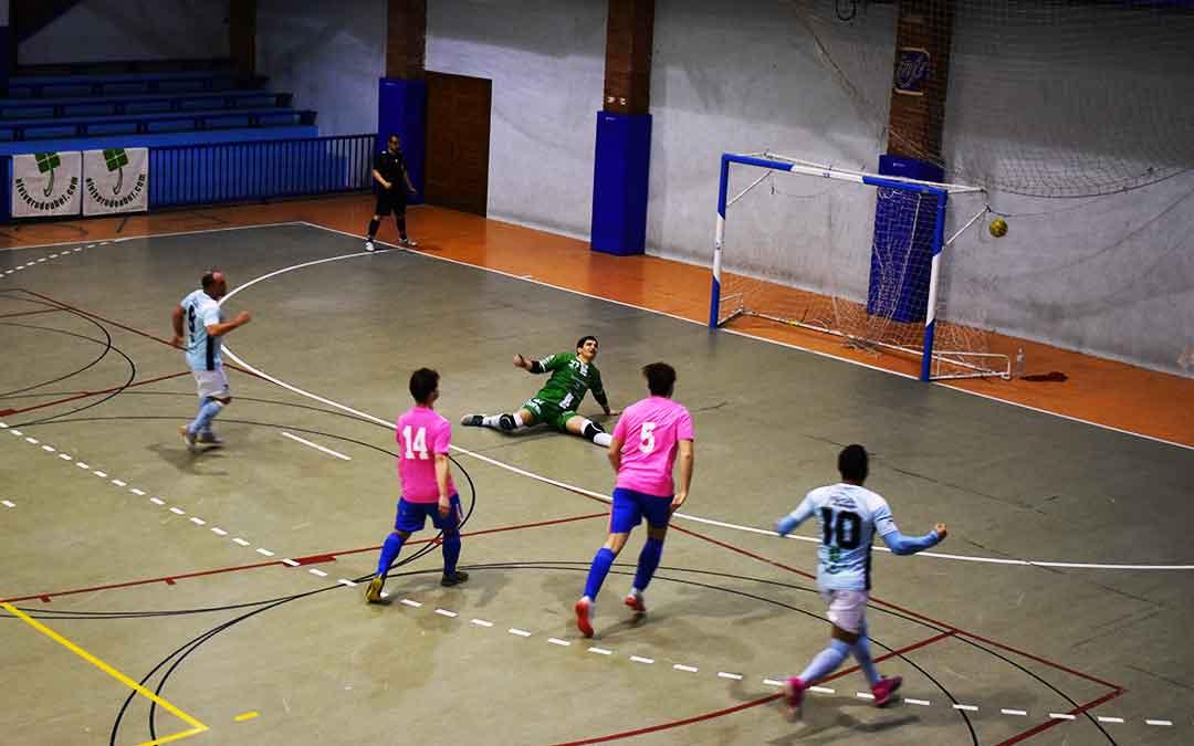 Tercer gol del Caspe de penalti, del jugador caspolino David Bernad Carrillo, en el pabellón Manuel Barriendos. Imagen. L.Q.V.