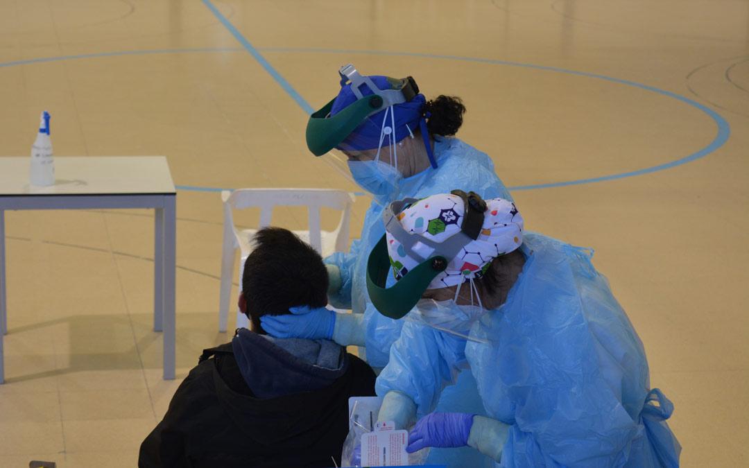 Realización de prueba PCR en el polideportivo de Alcañiz./I.M.