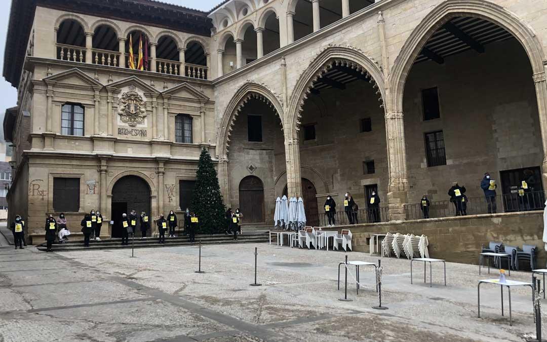 A la concentración han acudido una treintena de profesionales de Alcañiz / L. Castel