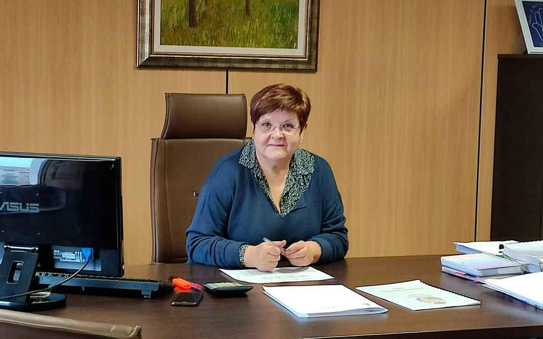 Pilar Mustieles trabajando en su despacho del Ayuntamiento de Caspe.