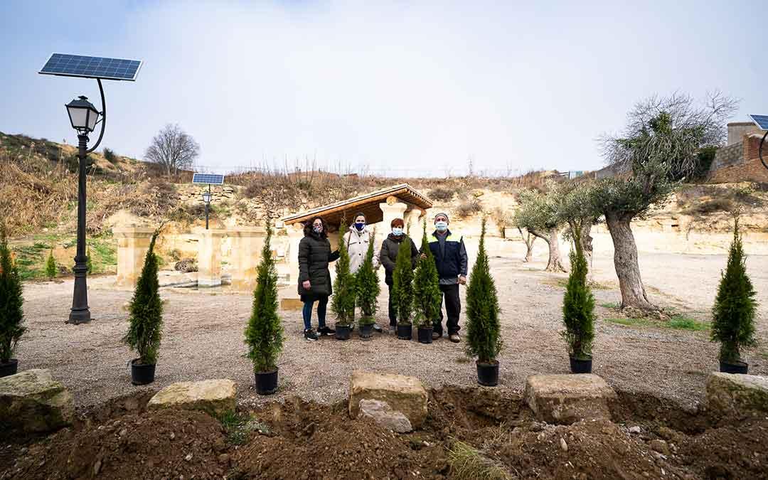 El martes se replantaron algunos árboles en la Fuente de los Chorros de Caspe./ Imagen: APEC