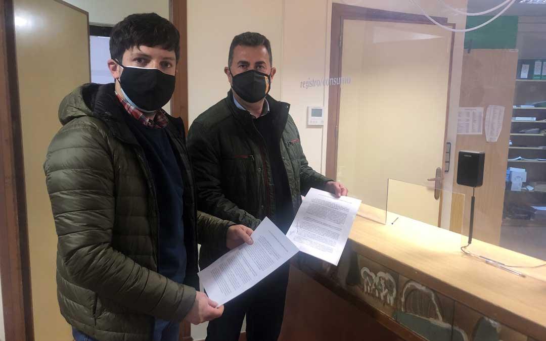 Nacho Carbó (PP) y Eduardo Orrios (PAR), registrando este lunes el recurso de reposición en el Ayuntamiento / L. Castel