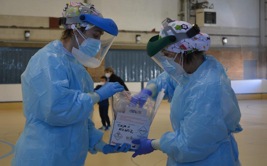 Personal sanitario depositando las muestras en una caja catalogada./I.M.