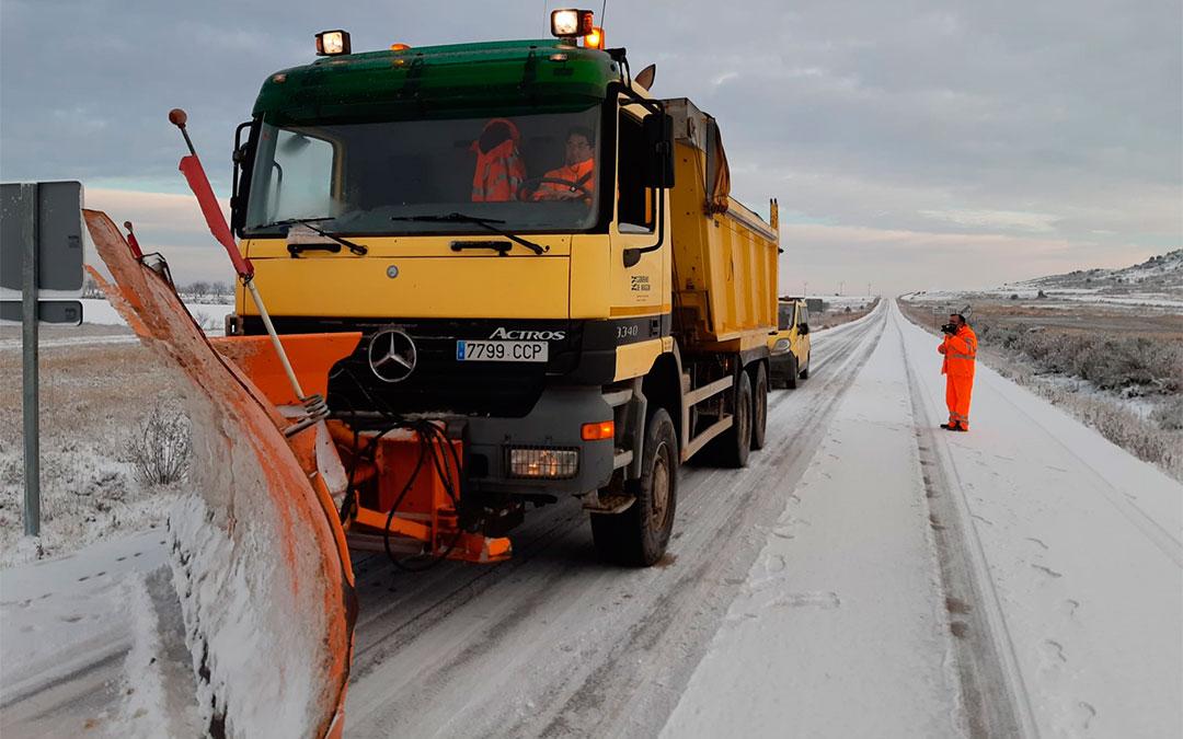 Las máquinas del Gobierno de Aragón trabajaron este viernes en la limpieza de carreteras del Bajo Aragón./ DGA