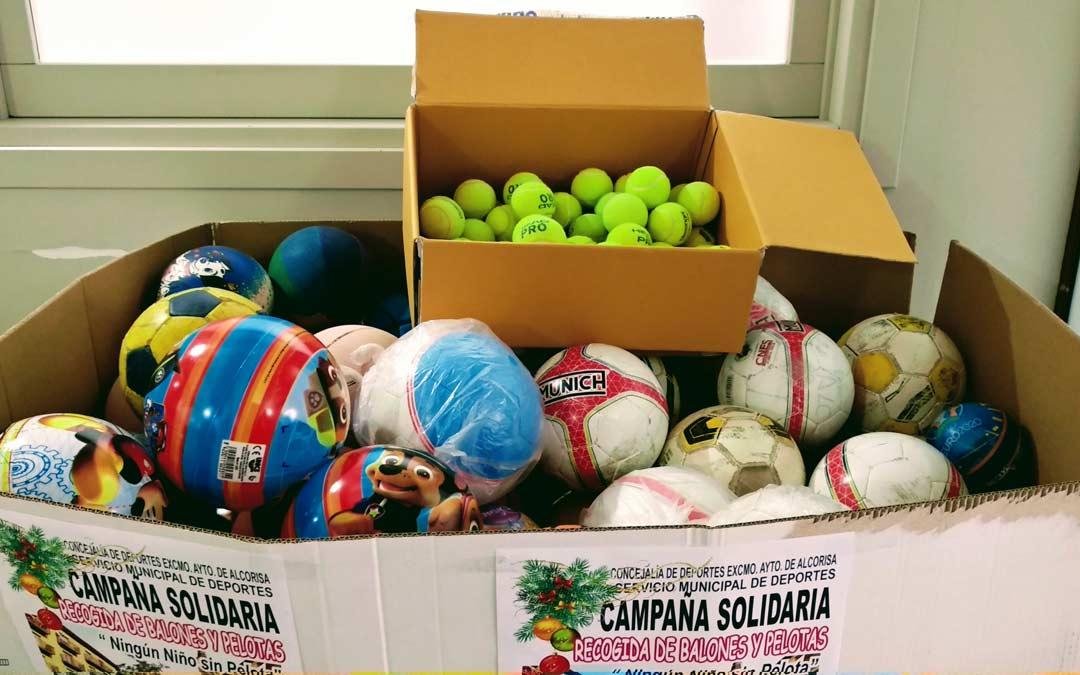 Balones y pelotas que serán repartidos en los hogares más desfavorecidos a través de Cáritas./Ayto. Alcorisa