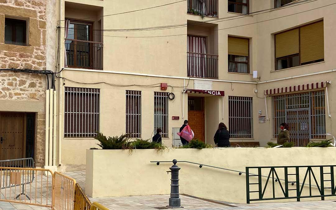 Sanitarios llegando a la residencia de mayores de Albalate del Arzobispo./ A.M.