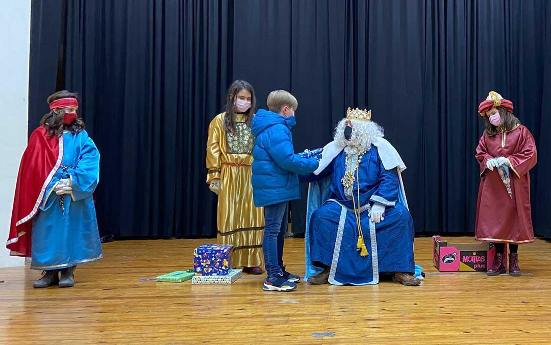 Álvaro recoge su regalo de la mano del Rey Melchor en Albalate del Arzobispo./ A.M.