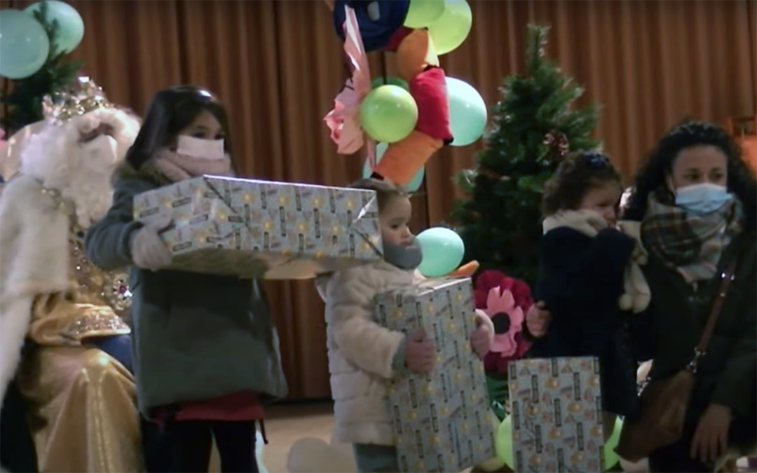 Tres niñas reciben sus regalos en Utrillas. El acto pudo seguirse en streaming./ Youtube Utrillas Motiva Reyes