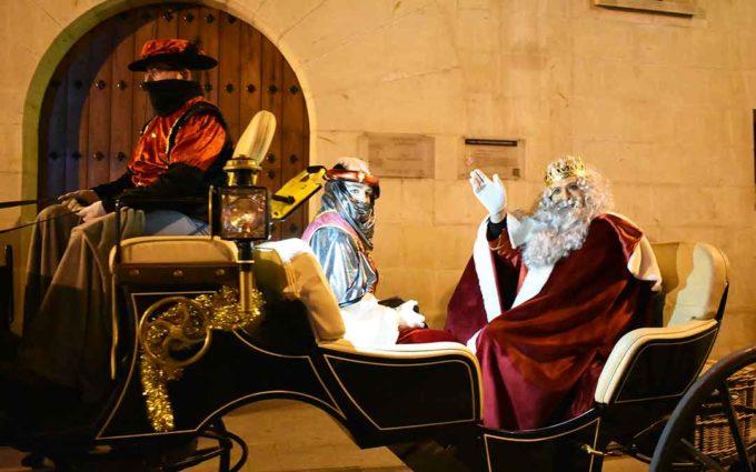 Los Reyes Magos pasean por Caspe en calesas tiradas por caballos