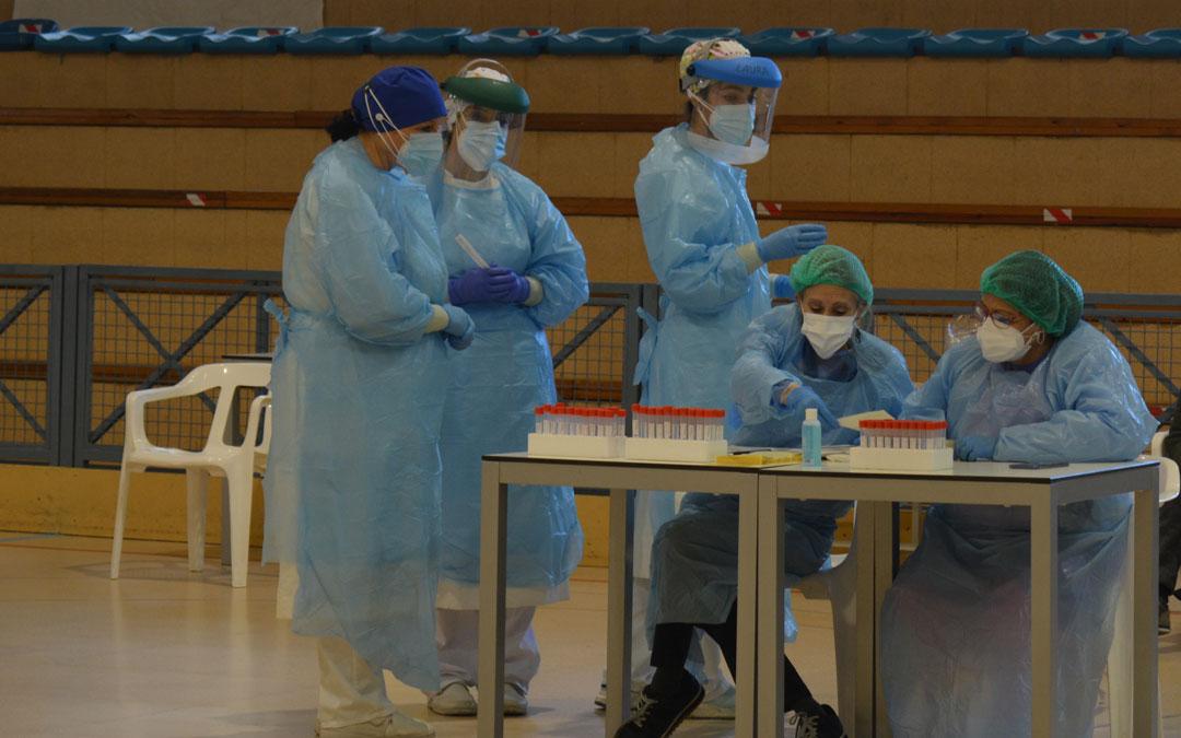 Personal sanitario durante la realización de pruebas PCR en el polideportivo de Alcañiz./I.M.