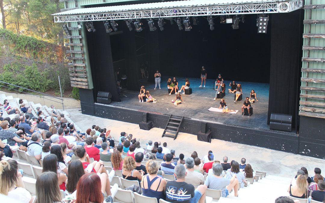 El grupo de jóvenes con el Bingo teatral en Pui Pinos. / B. Severino
