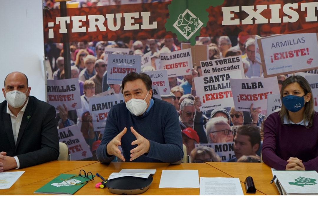 Guitarte entre los senadores de Teruel Existe este martes en rueda de prensa. / T.E.