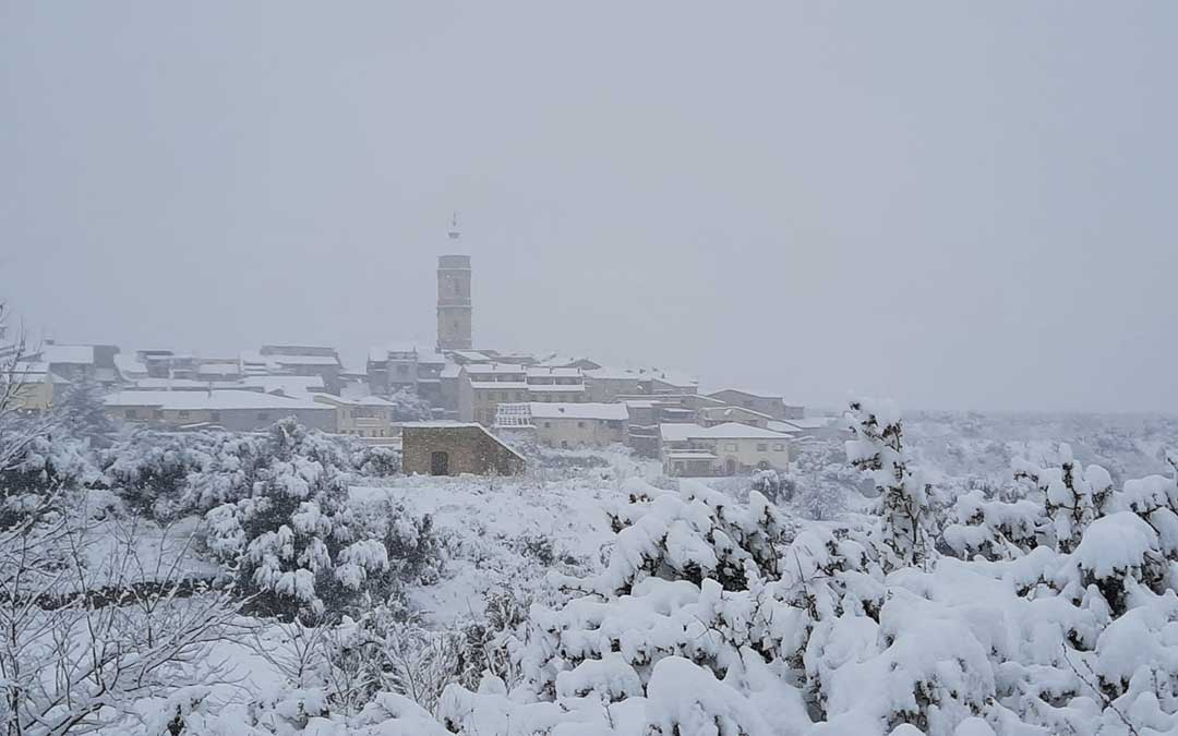 Panorámica del Torre del Compte, cubierto de nieve este sábado./