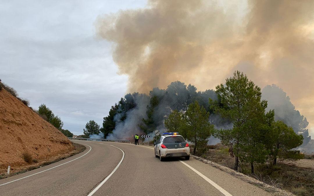 La Guardia Civil, nada más declararse el incendio junto a la carretera entre Albalate y Urrea. / M. Q.