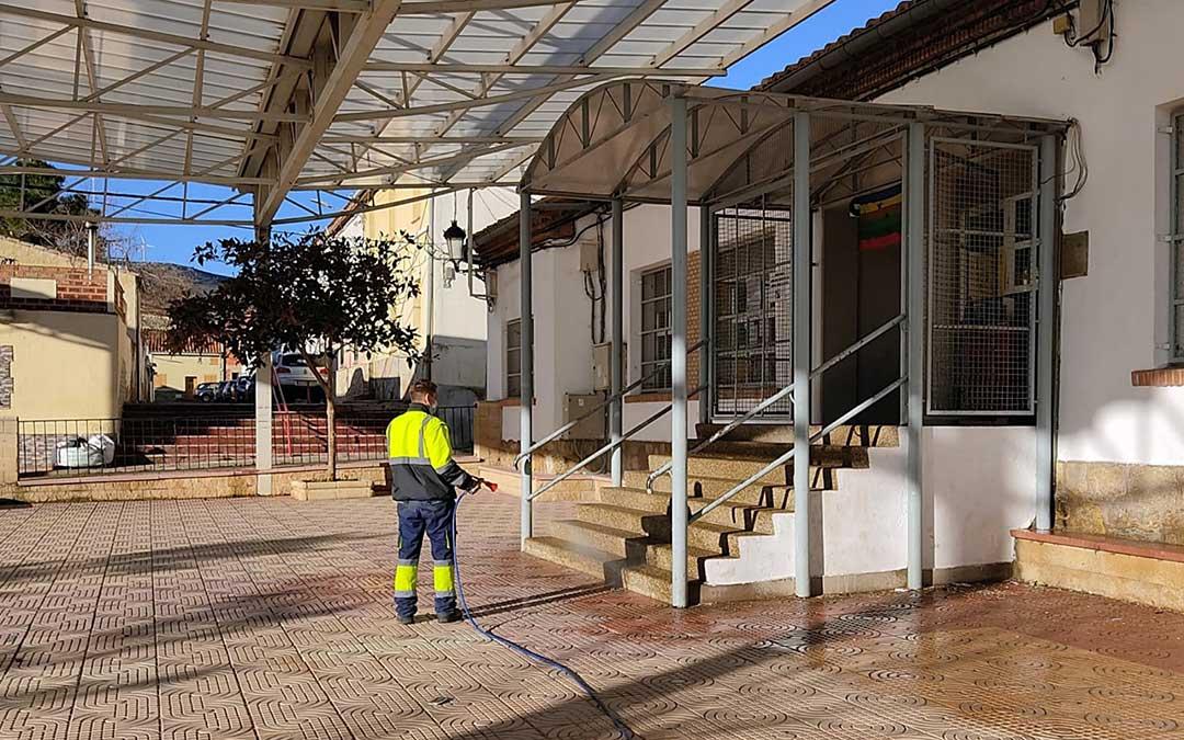 Desinfección en el aula de Barriadas del Sur correspondiente al CRA Martín del Río./ Ayto. Utrillas